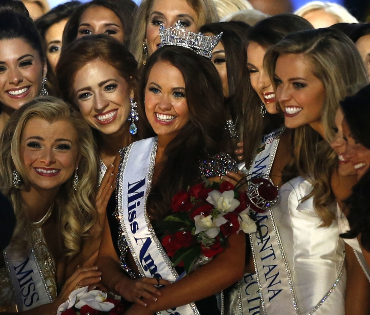 New Miss America Cara Mund poses for a photo with contestants during Miss America 2018 pageant, Sunday, Sept.10, 2017, in Atlantic City, N.J. (AP Photo/ Noah K. Murray)