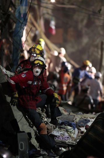 Personnel work in rescue operations in the rubble of a building felled by a 7.1 magnitude earthquake, in the Ciudad Jardin neighborhood of Mexico City, Thursday, Sept. 21, 2017. Thousands of professionals and volunteers are working frantically at dozens of wrecked buildings across the capital and nearby states looking for survivors of the powerful quake that hit Tuesday. (AP Photo/Eduardo Verdugo)