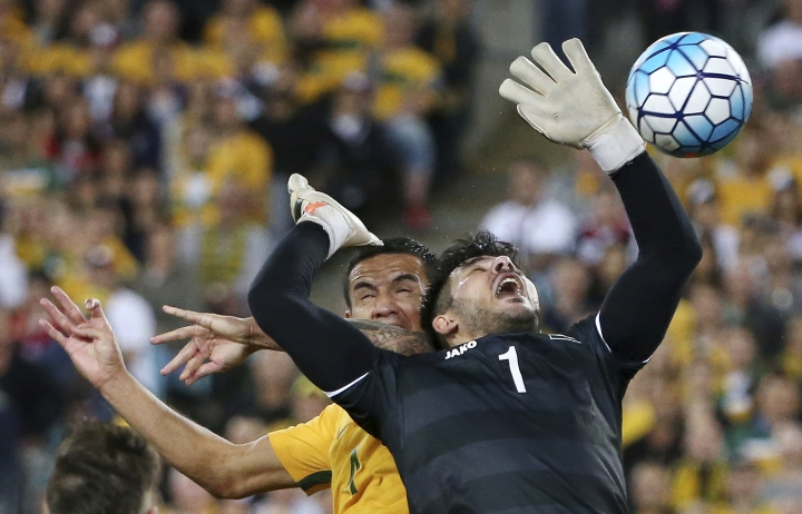 Australia's Tim Cahill, left, attempts to head the ball past Syria's keeper Ibriham Alma during their Soccer World Cup qualifying match in Sydney, Australia, Tuesday, Oct. 10, 2017. (AP Photo/Rick Rycroft)