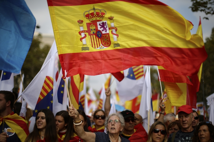 "A woman waves a Spanish flag while celebrating a holiday known as ""Dia de la Hispanidad"" or Spain's National Day in Barcelona, Spain, Thursday, Oct. 12, 2017. Spain's celebrates its national day amid one of the country's biggest crises ever as its powerful northeastern region of Catalonia threatens independence. (AP Photo/Manu Fernandez)"