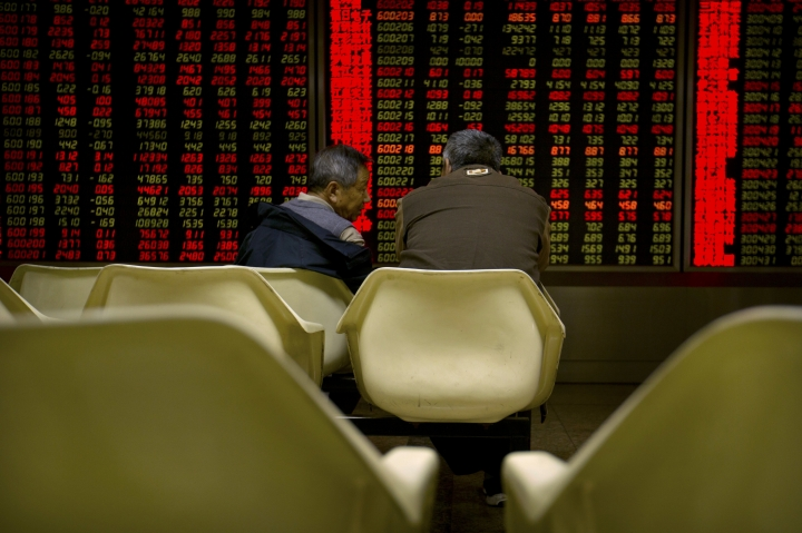 Chinese investors monitor stock prices at a brokerage house in Beijing, Tuesday, Oct. 17, 2017. Asian stocks rose Tuesday after Wall Street's major indexes hit new highs as China prepared to open a key political meeting. (AP Photo/Mark Schiefelbein)