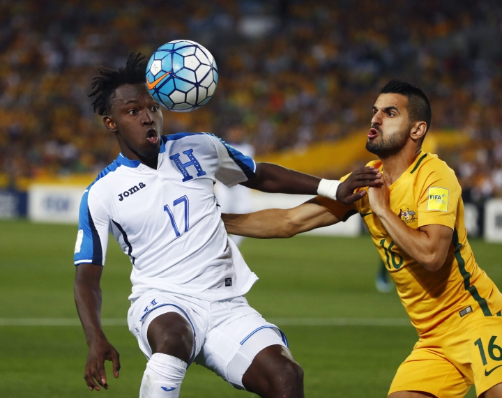Honduras' Alberth Elis fights for the ball against Australia's Aziz Behich during their World Cup soccer playoff deciding match in Sydney, Australia, Wednesday, Nov. 15, 2017. (AP Photo/Daniel Munoz)