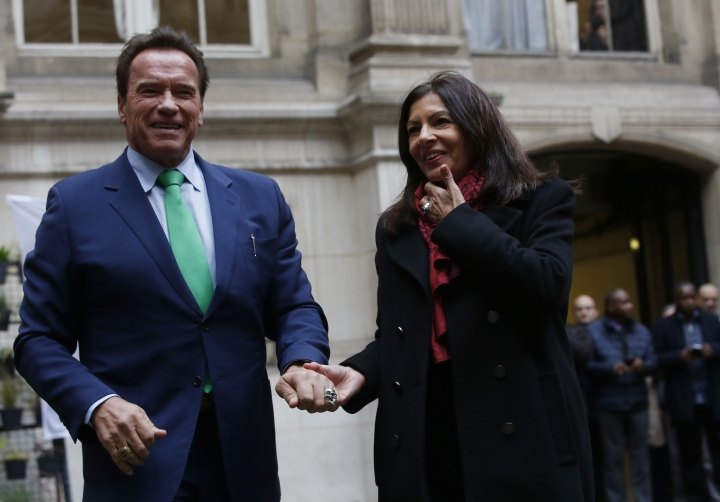 Arnold Schwarzenegger meetS Paris mayor Anne Hidalgo, Monday Dec. 11, 2017 in Paris. Schwarzenegger is in Paris to attend the One Planet climate summit Tuesday with more than 50 world leaders and co-hosted by the U.N. and the World Bank. (AP Photo/Thibault Camus)