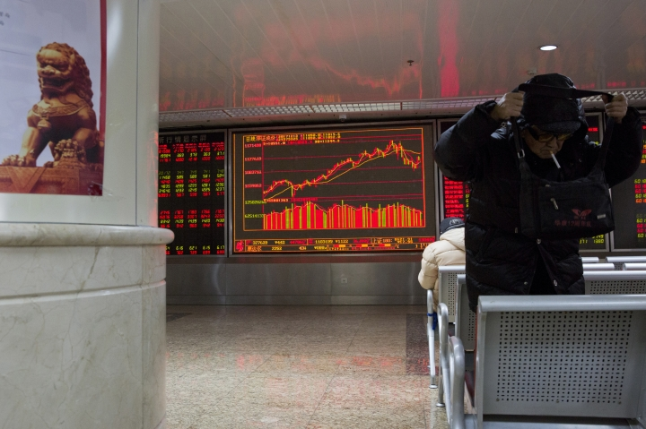 An elderly Chinese man prepares to go for a smoke break at a brokerage in Beijing, China, Wednesday, Dec. 13, 2017. Asian stocks were mixed Wednesday following overnight gains on Wall Street as investors looked ahead to a likely U.S. interest rate hike. (AP Photo/Ng Han Guan)