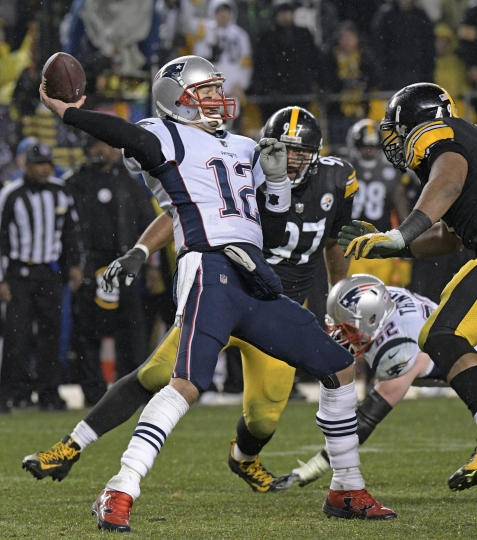 New England Patriots quarterback Tom Brady (12) passes under pressure from Pittsburgh Steelers defensive end Cameron Heyward, right, during the second half of an NFL football game in Pittsburgh, Sunday, Dec. 17, 2017. (AP Photo/Don Wright)