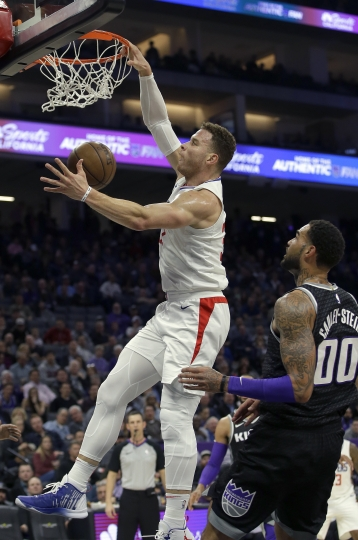 Los Angeles Clippers forward Blake Griffin, left, stuffs as Sacramento Kings center Willie Cauley-Stein, right, looks on during the first quarter of an NBA basketball game Thursday, Jan. 11, 2018, in Sacramento, Calif. (AP Photo/Rich Pedroncelli)