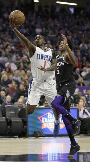 Los Angeles Clippers guard Jawun Evans, left, goes to the basket against Sacramento Kings guard De'Aaron Fox during the first quarter of an NBA basketball game Thursday, Jan. 11, 2018, in Sacramento, Calif. (AP Photo/Rich Pedroncelli)