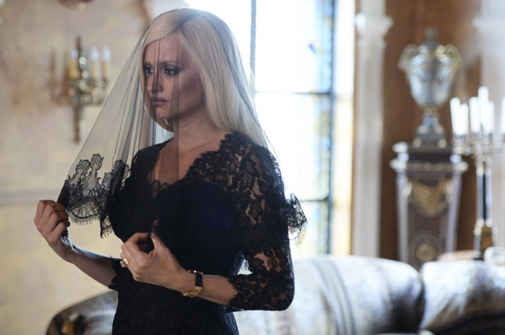 "This image released by FX shows Penelope Cruz as Donatella Versace in a scene from ""The Assassination of Gianni Versace: American Crime Story,"" premiering Jan. 17, on FX. (Jeff Daly/FX via AP)"