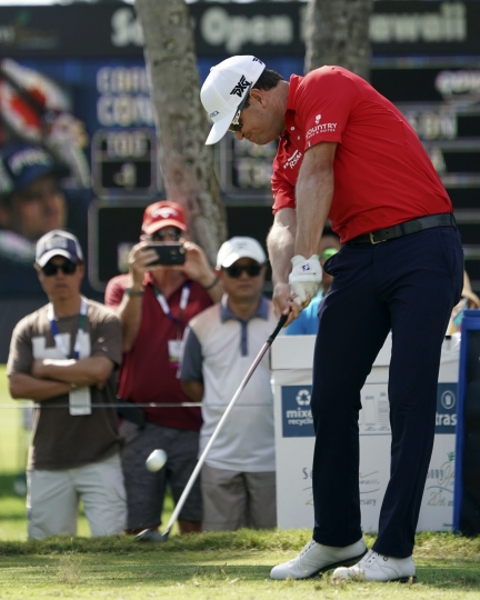 Zach Johnson hits from the fourth tee during the third round of the Sony Open golf tournament, Saturday Jan. 13, 2018, in Honolulu. (AP Photo/Marco Garcia)