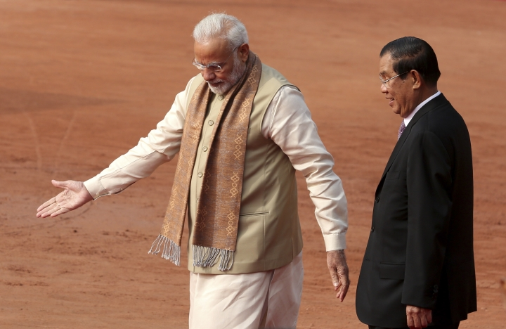 Indian Prime Minister Narendra Modi, left, shows the way to Cambodian Prime Minister Hun Sen during the ceremonial reception at the Indian presidential palace in New Delhi, India, Satruday, Jan. 27, 2018. (AP Photo)