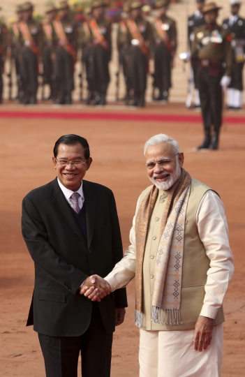 Indian Prime Minister Narendra Modi, right, shakes hands with Cambodian Prime Minister Hun Sen during the ceremonial reception at the Indian presidential palace in New Delhi, India, Satruday, Jan. 27, 2018. (AP Photo)