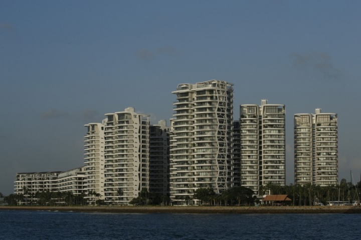 FILE PHOTO: A view of waterfront private condominiums in Sentosa Cove on Singapore resort island of Sentosa Singapore February 26, 2016.  REUTERS/Edgar Su/File Photo