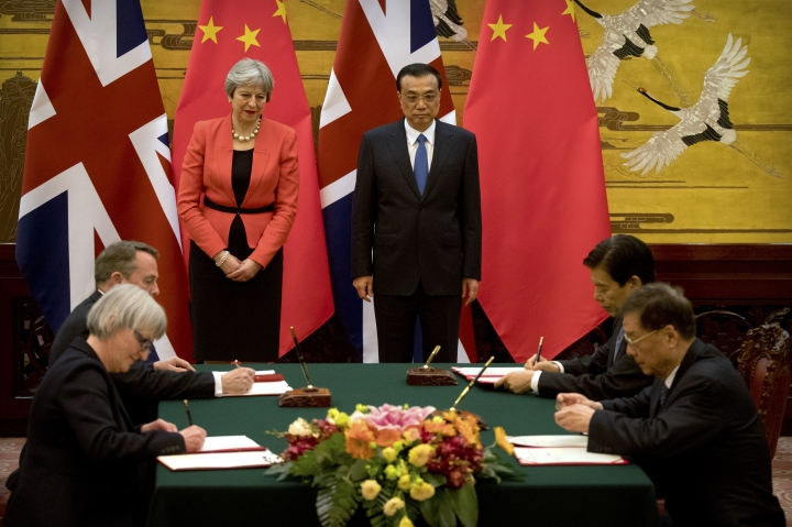 British Prime Minister Theresa May, left rear, and Chinese Premier Li Keqiang attend a signing ceremony at the Great Hall of the People in Beijing, Wednesday, Jan. 31, 2018. (AP Photo/Mark Schiefelbein, Pool)