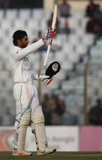 Sri Lanka's Dhananjaya de Silva acknowledges the crowed after scoring hundred runs during the second day of their first test cricket match against Bangladesh in Chittagong, Bangladesh, Thursday, Feb. 1, 2018. (AP Photo/A.M. Ahad)