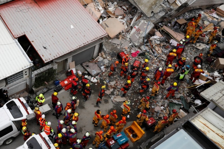 Rescue personnel work at a collapsed building after an earthquake hit Hualien, Taiwan February 9, 2018. REUTERS/Tyrone Siu
