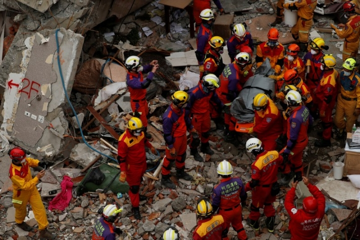 A body of a Hong Kong Canadian is carried out from a collapsed building after an earthquake hit Hualien, Taiwan February 9, 2018. REUTERS/Tyrone Siu