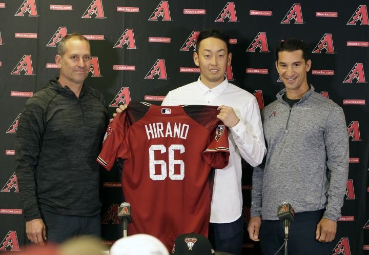 Arizona Diamondbacks manager Torey Lovullo, left, and general manager Mike Hazen, right, flank pitcher Yoshihisa Hirano, of Japan, during an introductory press conference, Monday, Feb. 12, 2018, in Scottsdale, Ariz. (AP Photo/Rick Scuteri)