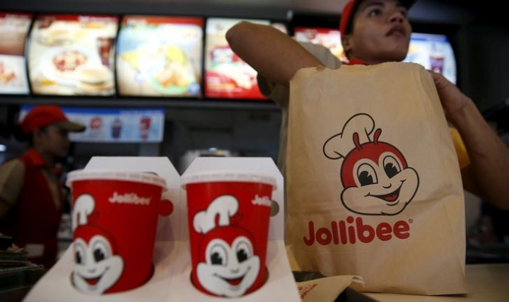 FILE PHOTO: A member of a Jollibee crew packs a take away food for a customer  inside a Jollibee franchise in BF Homes Paranaque, Metro Manila, March 3, 2016.   REUTERS/Erik De Castro/File Photo