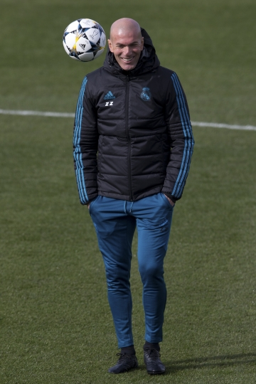 Real Madrid's head coach Zinedine Zidane smiles during a training session in Madrid, Spain, Tuesday Feb. 13, 2018. Real Madrid will play Paris Saint Germain Wednesday in a Round of 16, 1st leg Champions League soccer match. (AP Photo/Paul White)