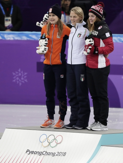 Race winner AriannaFontana, centre, of Italy, stands with second placed Yara van Kerkhof, left, of the Netherlands and third placed Kim Boutin of Canada on the podium during the venue ceremony after the ladies' 500 meters short track speedskating final in the Gangneung Ice Arena at the 2018 Winter Olympics in Gangneung, South Korea, Tuesday, Feb. 13, 2018. (AP Photo/Julie Jacobson)