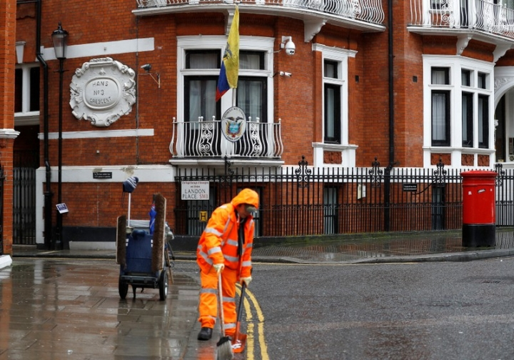 A street-cleaner walks past the Ecuadorian Embassy in London, Britain, February 13, 2018. WikiLeaks founder Julian Assange will hear on Tuesday whether his legal bid to halt action against him for breaching bail has been successful, in a ruling that could pave the way for him to leave the Ecuadorean embassy in London. REUTERS/Peter Nicholls
