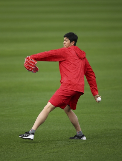 Los Angeles Angels' Shohei Ohtani throws during a spring training baseball practice on Tuesday, Feb. 13, 2018, in Tempe, Ariz. (AP Photo/Ben Margot)