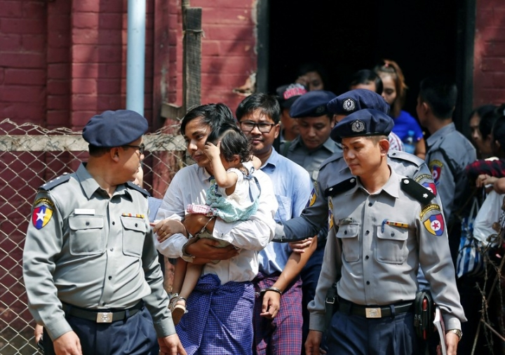 Detained Reuters journalist Kyaw Soe Oo and Wa Lone are escorted by police  while arriving for a court hearing after lunch break in Yangon, Myanmar February 14, 2018. REUTERS/Stringer