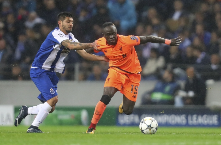 Liverpool's Sadio Mane, right, escapes Porto's Jesus Corona during the Champions League round of sixteen first leg soccer match between FC Porto and Liverpool FC at the Dragao stadium in Porto, Portugal, Wednesday, Feb. 14, 2018. (AP Photo/Luis Vieira)