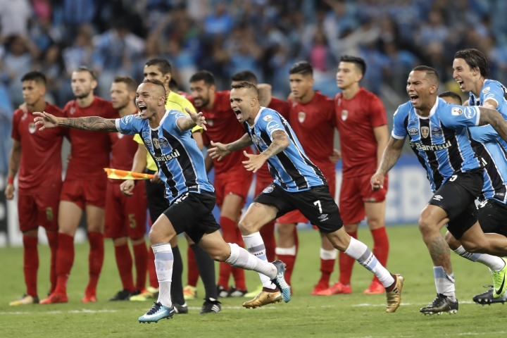 Players of Brazil's Gremio celebrate winning the Recopa Sudamericana final soccer match against Argentina's Independiente in Porto Alegre, Brazil, early Thursday, Feb. 22, 2018. Gremio won in a penalty shootout after an aggregate 1-1 draw. (AP Photo/Andre Penner)