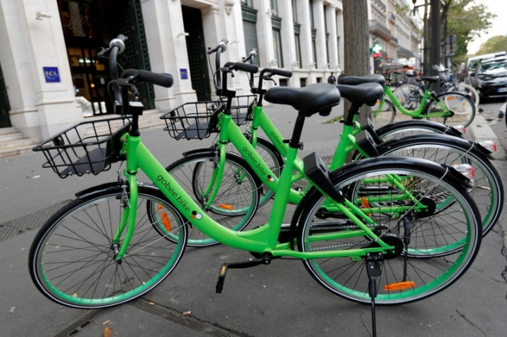 """FILE PHOTO: Several """"Gobee.bike"""" bicycles, a city bike-sharing service, by Hong Kong startup Gobee.bike, are seen on a sidewalk in Paris, France, October 9, 2017. REUTERS/Charles Platiau/File Photo"""