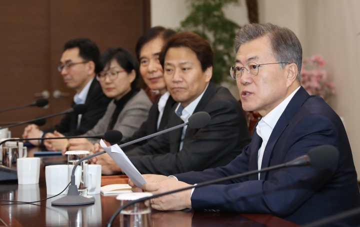 South Korean President Moon Jae-in, right, speaks during a meeting with his top aides at the presidential Blue House in Seoul, South Korea, Monday, Feb. 26, 2018. Moon has joined the growing number of supporters of the country's MeToo movement. President Moon said in a meeting with his advisers Monday that he expressed respect to the victims who spoke up against some of South Korea's most powerful men for their sexual misconduct and urged authorities to investigate the cases thoroughly, according to his office's website. (Bae Jae-man/Yonhap via AP)