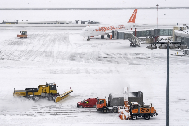 "The fire brigade of Airport Security Services (SSA) rides snowplows removing snow on the runway during at the Geneva Airport, in Geneva, Switzerland, Thursday, March 1, 2018. Geneva's airport has been closed ""until further notice"" after the Swiss city was blanketed by snowfall overnight. (Martial Trezzini/Keystone via AP)"