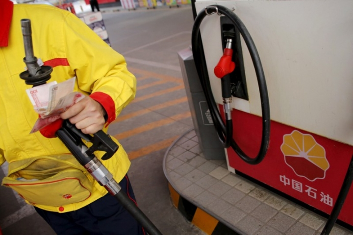 FILE PHOTO: A gas station attendant pumps fuel into a customer's car at PetroChina's petrol station in Beijing, China, March 21, 2016.    REUTERS/Kim Kyung-Hoon/File Photo