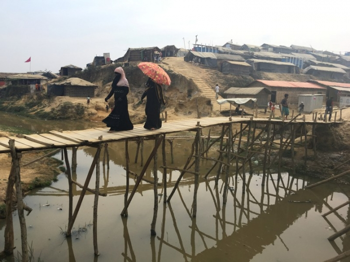 Women walk across a bamboo bridge in the Kutupalong camp for Rohingya refugees in southern Bangladesh, February 11, 2018.   REUTERS/Andrew RC Marshall