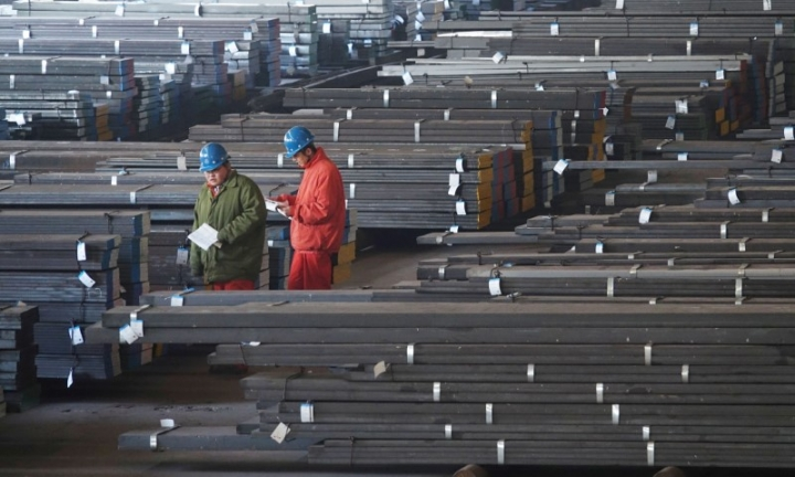 FILE PHOTO: Workers check steel bars at a factory of Dongbei Special Steel Group Co., Ltd. in Dalian, Liaoning province, China November 27, 2017.  REUTERS/Stringer/File Photo