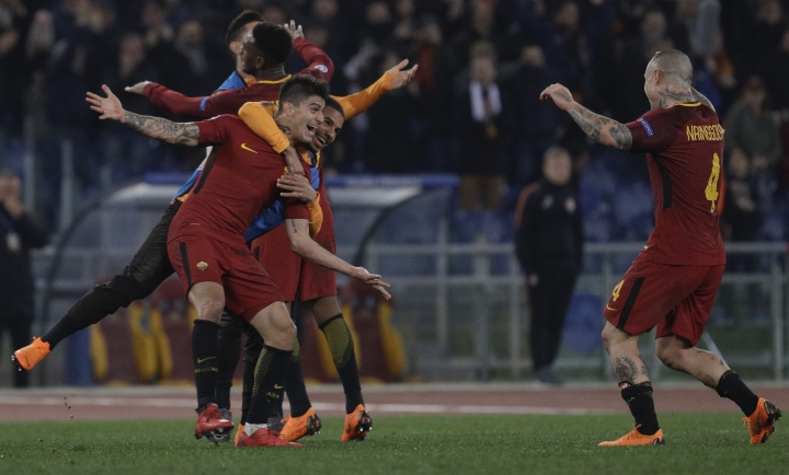 Roma players celebrate their side's 1-0 win at the end of a Champions League round of 16 second-leg soccer match between Roma and Shakhtar Donetsk, at the Rome Olympic stadium, Tuesday, March 13, 2018. (AP Photo/Gregorio Borgia)