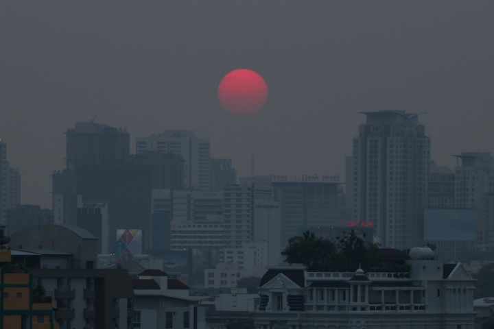 FILE PHOTO: The sun is seen through evening air pollution in Bangkok, Thailand February 8, 2018. REUTERS/Athit Perawongmetha/File Photo