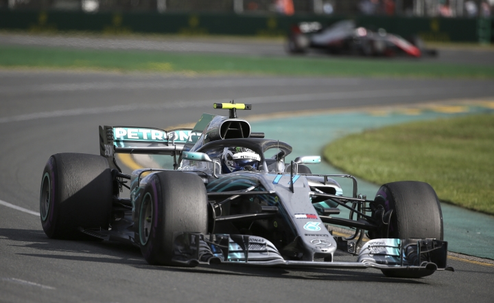 Mercedes driver Valtteri Bottas of Finland leaves corner 2 during the first race of the season at the Australian Formula One Grand Prix in Melbourne, Sunday, March 25, 2018. (AP Photo/Rick Rycroft)