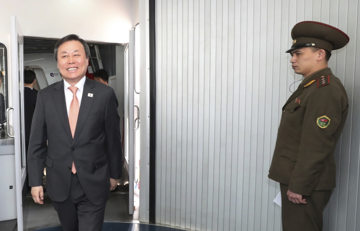 South Korean Culture, Sports and Tourism Minister Do Jong-whan arrives at the Pyongyang Airport in Pyongyang, North Korea, Saturday, March 31, 2018. From aging crooners to bubbly K-Pop starlets, some of South Korea's biggest pop stars flew to North Korea on Saturday for rare performances that highlight the sudden thaw in inter-Korean ties after years of tensions over the North's nuclear ambitions. (Korea Pool via AP)