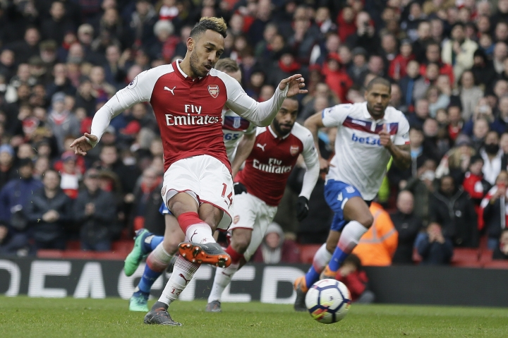 Arsenal's Pierre-Emerick Aubameyang scores penalty during the English Premier League soccer match between Arsenal and Stoke City at the Emirates Stadium in London, Sunday, April 1, 2018. (AP Photo/Tim Ireland)