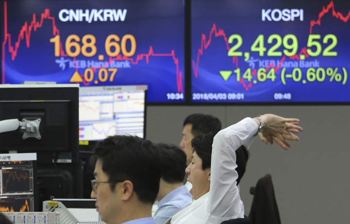 A currency trader yawns while working at the foreign exchange dealing room of the KEB Hana Bank headquarters in Seoul, South Korea, Tuesday, April 3, 2018. Asian stocks have fallen for a second day amid jitters about U.S.-Chinese trade tensions and mounting scrutiny of technology companies. (AP Photo/Ahn Young-joon)