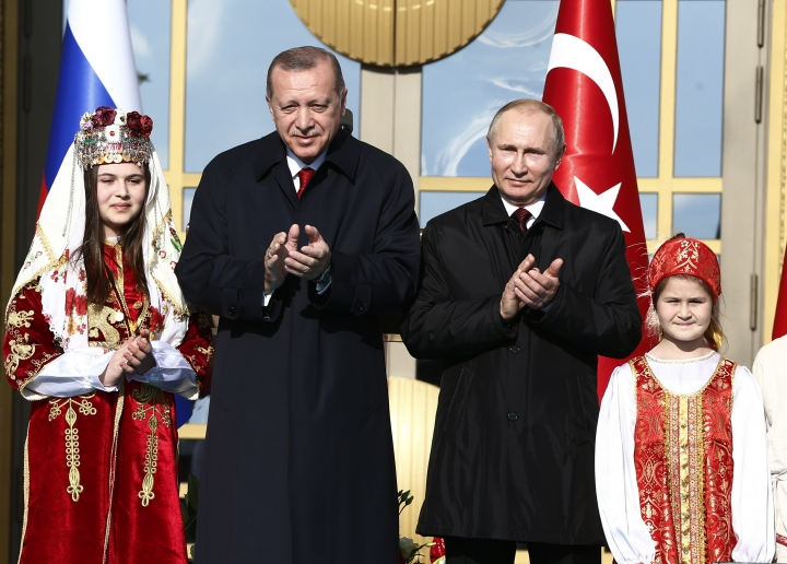 Turkey's President Recep Tayyip Erdogan centre left, and Russia's President Vladimir Putin, centre right, applaud during a welcome ceremony, in Ankara, Turkey, Tuesday, April 3, 2018. Turkey and Russia have put aside their traditional rivalries and differences on regional issues, to forge closer ties. (AP Photo/Burhan Ozbilici)