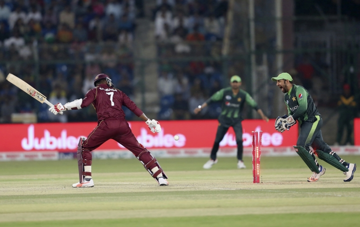 Pakistani wicketkeeper and captain Sarfraz Ahmed appeal the dismissal of West Indies' Marlon Samuels during the final of the Twenty20 match in Karachi, Pakistan, Tuesday, April 3, 2018. (AP Photo/Shakil Adil)