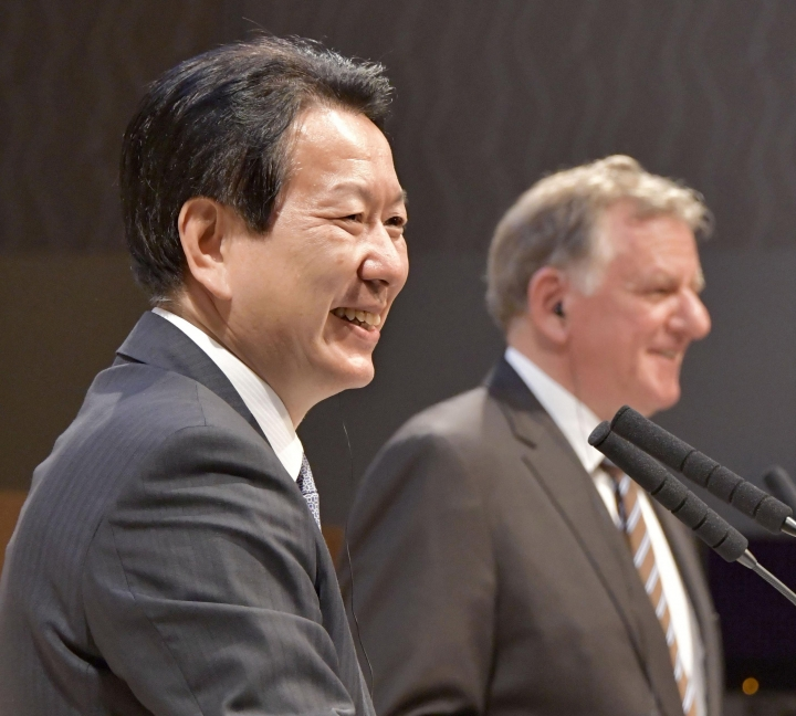 Andreas Renschler, right, a board member at Volkswagen AG and CEO of Volkswagen Truck & Bus, and Hino Motors President and Chief Executive Yoshio Shimo, left, attend a press conference in Tokyo, Thursday, April 12, 2018. Hino Motors, Toyota Motor Corp.'s group truck manufacturer, and Volkswagen Truck & Bus of Germany agreed Thursday to work together in a partnership on technologies like hybrids, electric cars, autonomous driving and connectivity. (Katsuya Miyagawa/Kyodo News via AP)