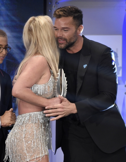Ricky Martin, right, presents the Vanguard award to Britney Spears at the 29th annual GLAAD Media Awards at the Beverly Hilton Hotel on Thursday, April 12, 2018, in Beverly Hills, Calif. (Photo by Chris Pizzello/Invision/AP)