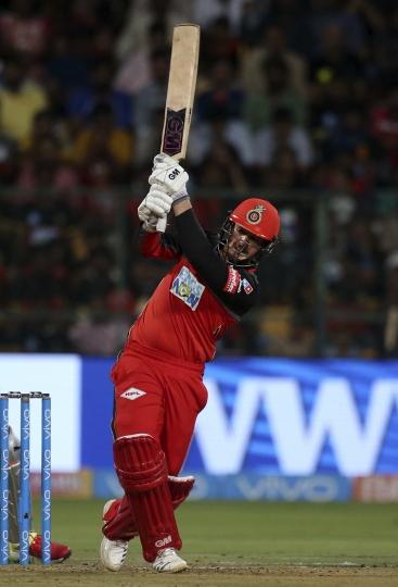 Royal Challengers Bangalore batsman Quinton de Kock bats during the VIVO IPL Twenty20 cricket match against Kings XI Punjab in Bangalore, India, Friday, April 13, 2018. (AP Photo/Aijaz Rahi)
