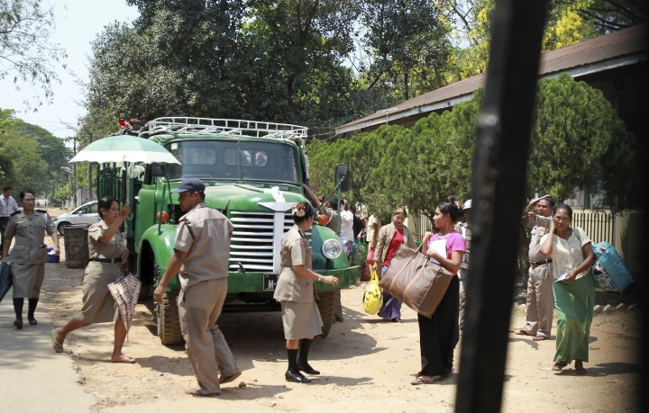 Woman prisoners carrying their belongings walk toward the entrance gate as they were released from Insein prison Tuesday, April 17, 2018, Yangon, Myanmar. Myanmar President Win Myint has granted amnesty to more than 8,500 prisoners, reportedly including at least three dozen political prisoners. (AP Photo/Thein Zaw)