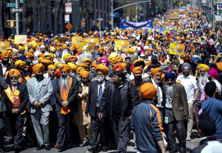 """Participants fill Madison Ave. during the Sikh Day Parade, an annual Nagar Keertan """"meditation celebration"""" Saturday, April 28, 2018, in New York. (AP Photo/Craig Ruttle)"""