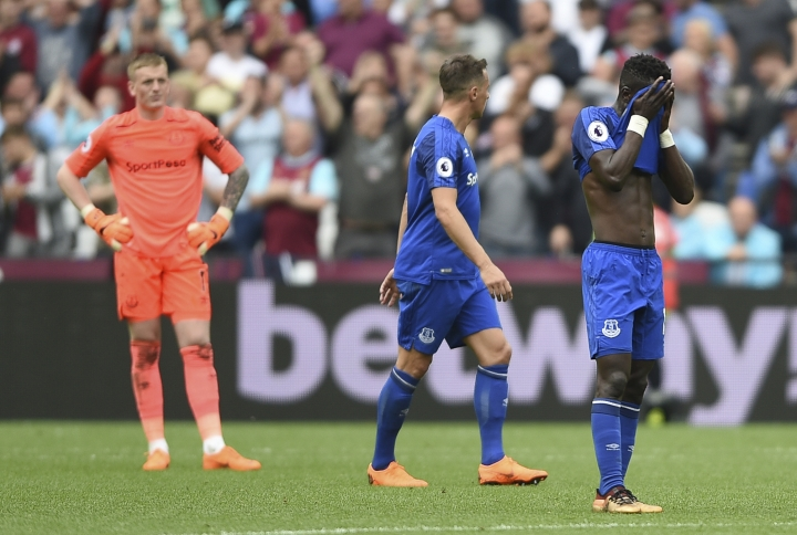 Everton's goalkeeper Jordan Pickford, left, Morgan Schneiderlin, centre and Idrissa Gueye show dejection after conceding a second goal during the English Premier League soccer match between West Ham United and Everton, at the London Stadium, in London, Sunday May 13, 2018. (Daniel Hambury/PA via AP)