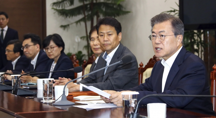 South Korean President Moon Jae-in, right, talks during a meeting with his senior aides at the presidential Blue House in Seoul, South Korea, Monday, May 14, 2018. (Bee Jae-man/Yonhap via AP)